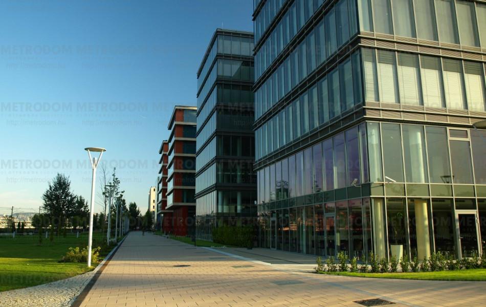 Modern irodaházak a Duna-parton