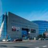 A közelben található a Duna Plaza, ahol számtalan üzlet, szupermarket és mozi is található.