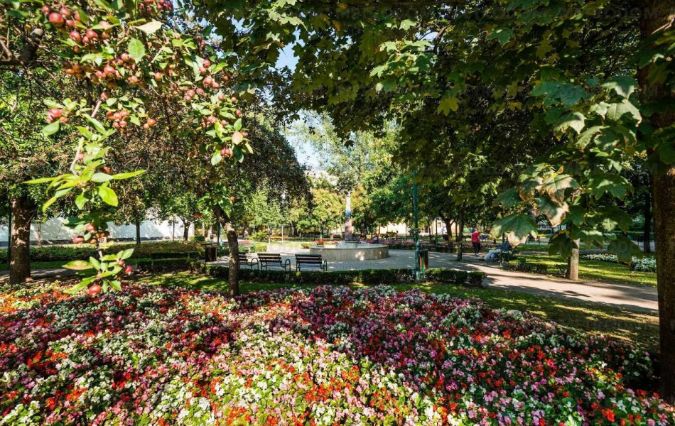 Ez a kis park a közelben, a Gyöngyösi utca és a Madarász utca sarkánál található.