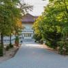 Nem messze a Babér utcától található, a Tomori Pál Általános Iskola is.