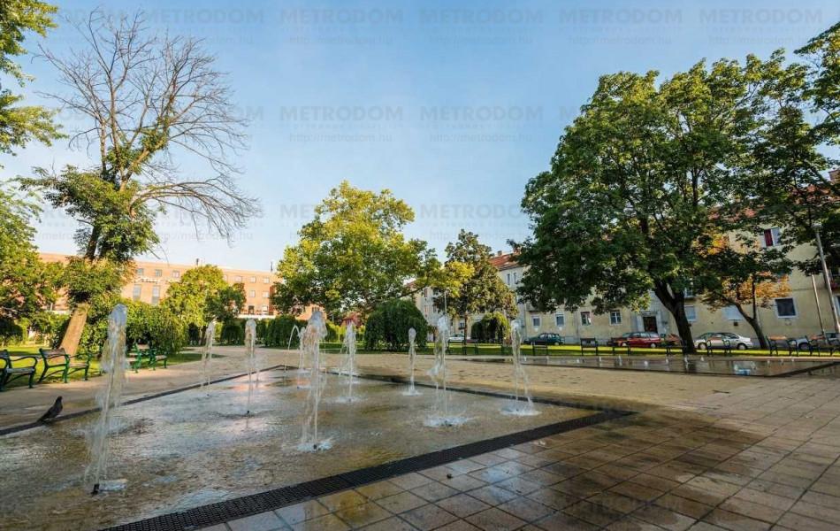 Ez a szép szökőkút a közelben lévő József Attila téren található.