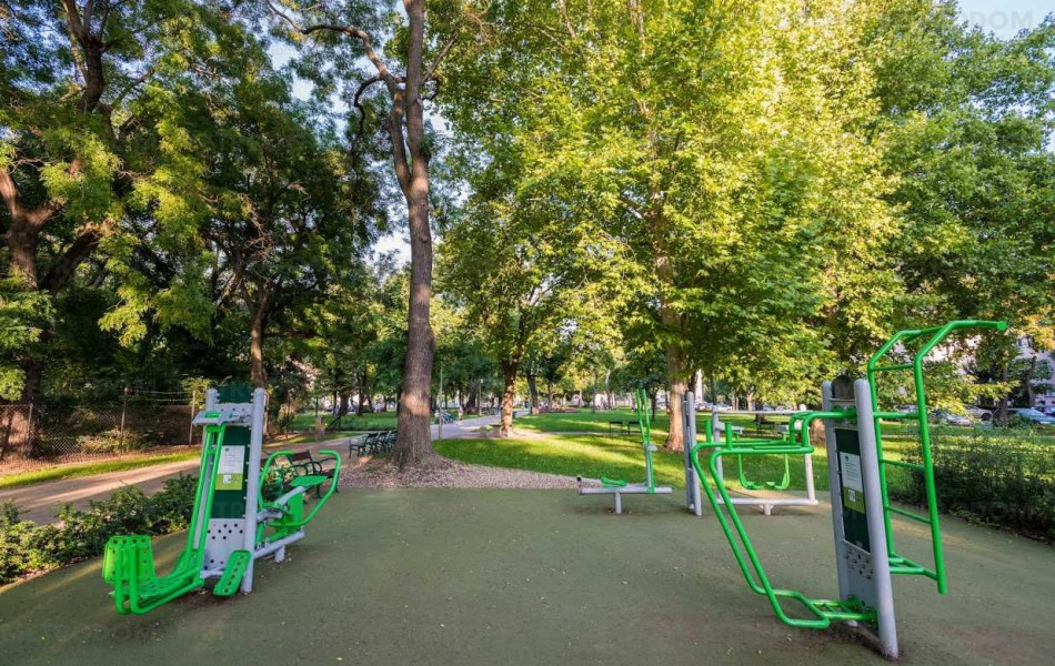Gyermek téri park a Mosoly utcánál, a Babér utca közelében.