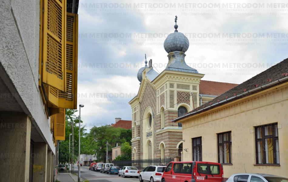 Az Újpesti Nagyzsinagóga egy ma is működő zsinagóga, 1885-ben épült.
