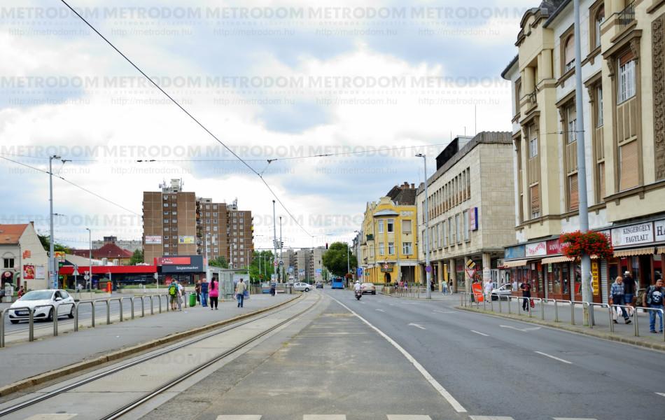 Újpest központ, régi házakkal üzletsorral, itt közlekedik a 14-es villamos is.