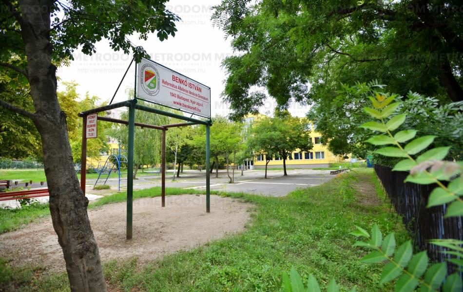 A Nyár utcában található a Benkő István Református Általános Iskola