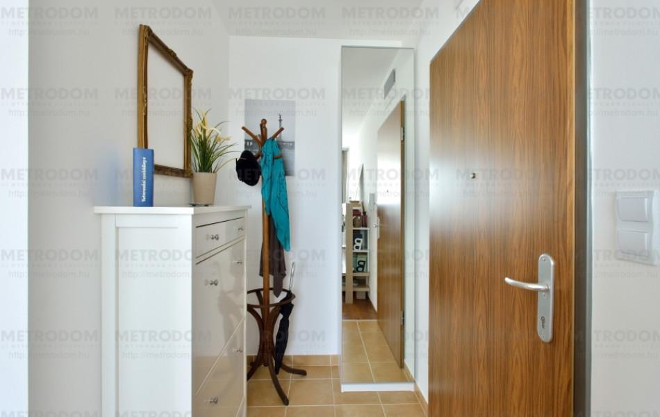 A teljes alakos tükör mögött jut hely a kabátoknak is (PAX szekrény + Vikedal tükörajtó 35.500 Ft - IKEA)