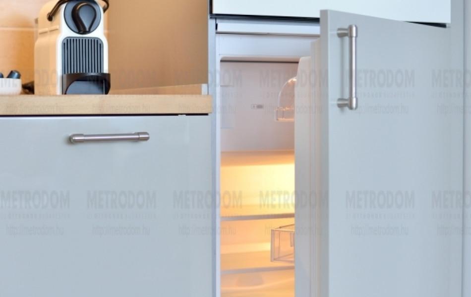 Természetesen a kombinált hűtő-fagyasztószekrénynek is megvan a helye (Frostig beépíthető hűtő 79.990 Ft - IKEA)
