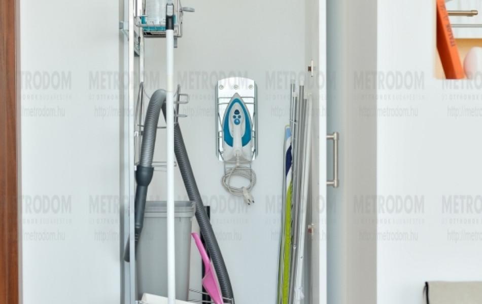 Az átjáróban lévő szekrényben van hely a porszívónak, vasalónak, vasalódeszkának és mindennek, amire egy háztartásban szükség lehet (Beépített szekrény 60.000 Ft - asztalos: Osbáth Zoltán, Utrusta kihúzható tartóelem 18.000 Ft - IKEA)