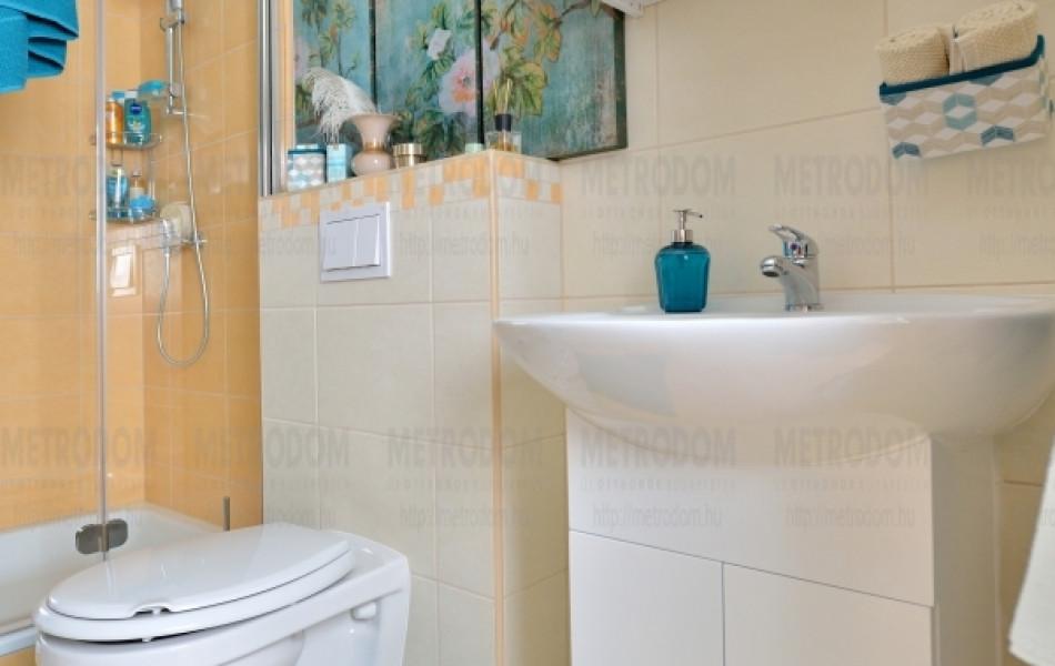 A City Home fali szerelésű wc-i nem csak modernek és esztétikusak, de felmosni is könnyebb alattuk. (Toftbo fürdőszobaszőnyeg 2.690 Ft - IKEA)