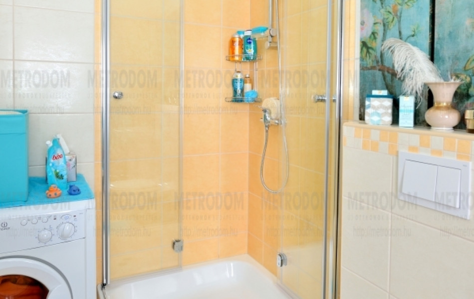A legtöbb fürdőszobában kád van, zuhanytálca a kivitelezés alatt külön kérhető (Radaway zuhanykabin 215.000 Ft - Méta)