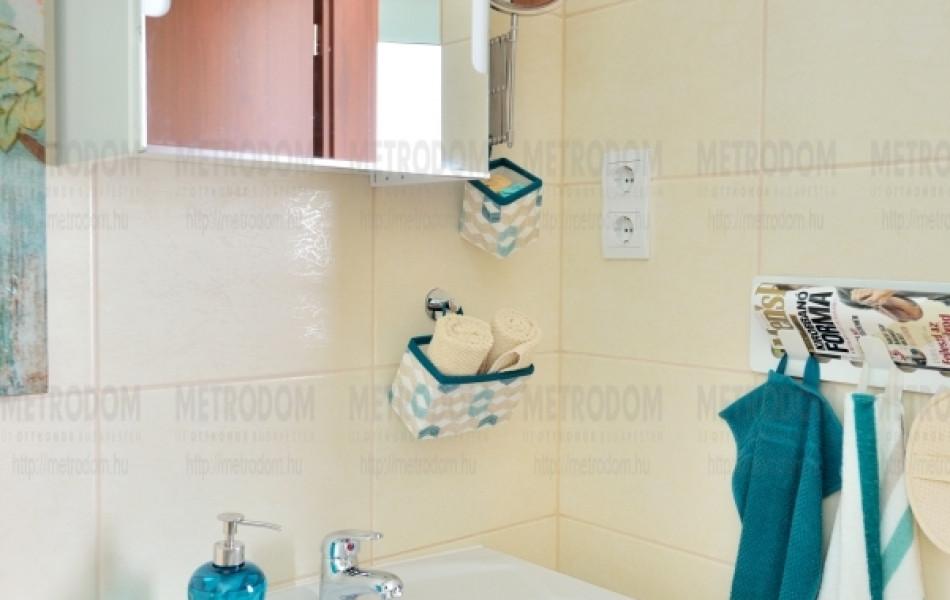 A mosdók feletti, külön kapcsolható világítás-kiállás alapfelszerelés a City Home-on. (Storjorm világítós tükrösszekrény 39.990 Ft - IKEA)