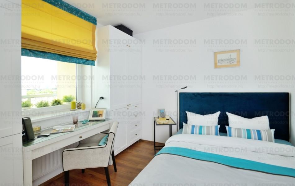 A 9,15 m2-es hálószobában a 160 cm széles franciaágyon és a gardróbszekrényeken kívül még egy kis fésülködőasztalnak-munkaasztalmak is jutott hely