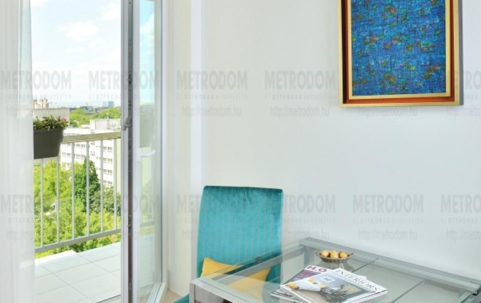 A City Home legtöbb lakásához hasonlóan itt is a nappali-étkezőből lehet kijutni az erkélyre