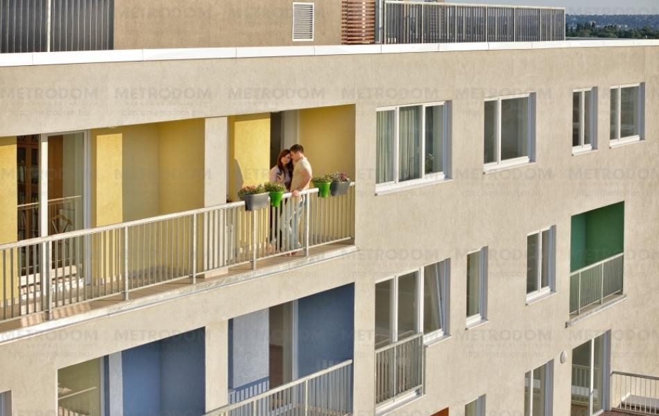 A beugró erkélyek (loggia) viszonylag védettek, a különböző színű falfestés teszi egyedivé és karakteressé a lakópark házait